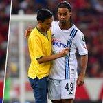 RT @record_mexico: #VIDEO: Ronaldinho le firmó una playera a un aficionado que ingresó al terreno de juego http://t.co/HBCWdLm8N0 http://t.co/dOp6CEZqo6
