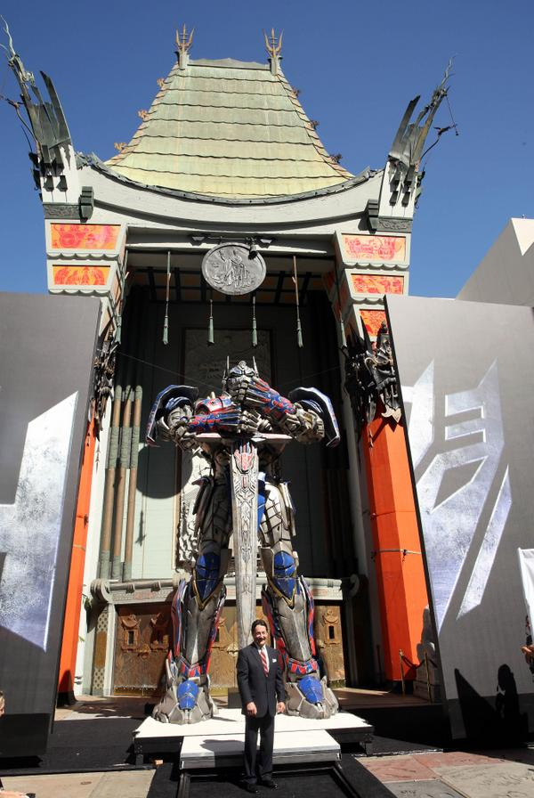 Optimus Prime and his voice, actor Peter Cullen, put their handprints-& tire tracks-outside the TCL Chinese Theatre. http://t.co/3tuSgSXPv8
