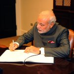 The Prime Minister, Shri @narendramodi signing the visitor book, at the White House, in Washington DC. http://t.co/y4MR3B8r7K