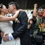 A couple takes wedding photographs in front of pro-democracy protesters in #HongKong. Photo by AFPs @philippe_lopez http://t.co/kzum7zum0e
