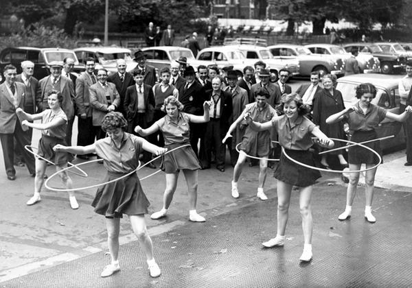 Onthisday 1st October 1958 The Lincolns Inn Fields Whsmith Netball Team Try Britains Latest Craze Hula Hooping