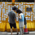 "A ""democracy wall"" made from construction barriers is proving popular in Admiralty #OccupyHongKong http://t.co/lsu1ZvZDeA"