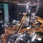 香港の友人から 昨晩は30万人が集まったと!  もっと報道があってもいいと思うが… http://t.co/m01h0YXJje