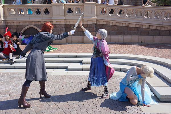アナとハンス君にナンパしてもらって、あの名場面再現させてもらった・・・っ!  よく見たら顔を覆ってる手が逆とか言うな^^^^  #アナと雪の女王 #Dハロ仮装 #エルサ http://t.co/TnwR8iHjyC