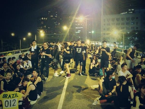 Flyover by the #HK Police HQ! The popo look tense but the kids r calm & collected #OccupyCentral #OccupyHK #香港 #佔中 http://t.co/1IB8RAbh4i