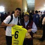 RT @larazaurinegra: Merecido regalo para el abuelo aurinegro, un ejemplo de hincha incondicional, gracias @Jorgemendza89 http://t.co/IxwAlggjdJ