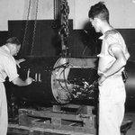 Imágenes inéditas: Así fue el ensamblaje de las bombas atómicas de Hiroshima y Nagasaki → http://t.co/u0u6qyZT15 http://t.co/9fOQd1Fi7Y