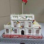 Presidencia @GobiernodeChile compró lujosa torta para Pdte. Bachelet. Mientras tanto miles de chilenos sufren hambre. http://t.co/IUkyJJpwJN