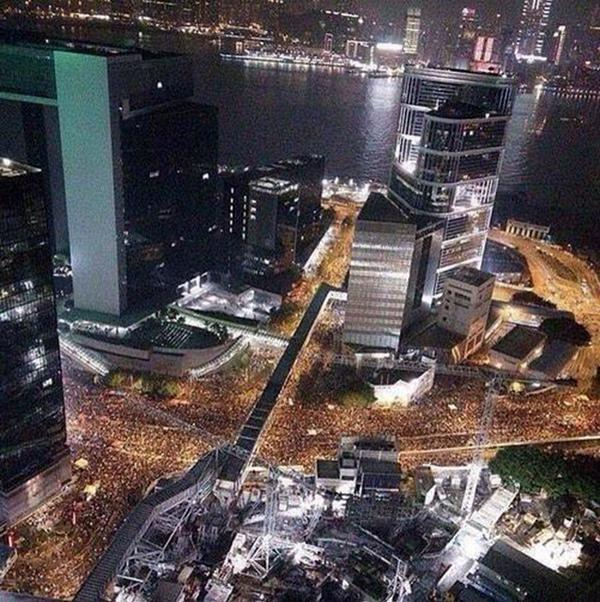 Amazing aerial photo of Hong Kong streets flooded with people http://t.co/aJmqhNaZFT #UmbrellaRevolution http://t.co/kPXGsS342n