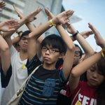 デモはさらに拡大しながらも、時間がたつにつれ緊迫感は薄れつつあるとも⇒【写真】#香港 民主化デモ、祝日にかけて拡大 http://t.co/cWxr1sC40J (Getty) http://t.co/WiwQwZfn9k