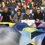 More than 200 Calgarians show support for Hong Kong protesters #yyc #UmbrellaRevolution http://t.co/AdNmeyzToT http://t.co/M59jT1vUNA