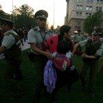 El derecho a protestar del Mapuche. Derecho.. al calabozo y con bebé. Hoy en La Moneda. Foto vía @PublimetroChile http://t.co/WpMzMXjdkB