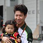 だがしかし!レディの衣装が!!(笑) RT @suzuka_event: 小林可夢偉選手 @kamui_kobayashi に抱っこしてもらっている小さなレディ!一生の思い出になりますね! #F1JP #JapaneseGP http://t.co/gb7cw3mBt3