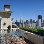サンフランシスコの歴史地区にある1853年建築の邸宅。都会にいながら田舎の雰囲気も楽しめる⇒【写真】サンフランシスコ歴史地区の広いテラスと庭のある邸宅 http://t.co/XkJVy0LEPv http://t.co/lJF2TOQ99z