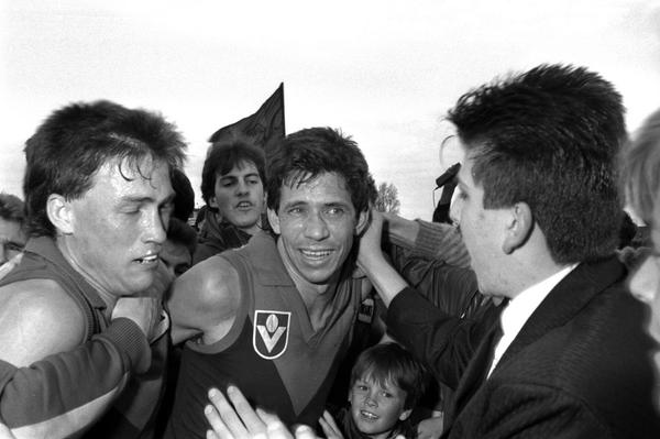 It is with sadness to report that @melbournefc legend Robbie Flower has suddenly passed away: http://t.co/V7QNGbIysK http://t.co/hB1p2f77Jv