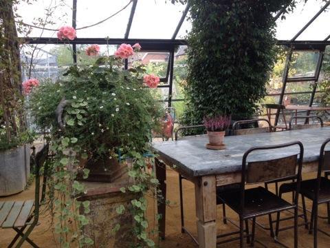 花屋とガーデニング・ショップ、レストランとカフェが合体した空間… http://t.co/vJN87R7hDe
