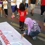 RT @sarasdewi: Hey kamu yg lagi CFD ayo merapat kesini, ikut tanda tangan ya! #BaliTolakReklamasi #BatalkanPerpresNo51th2014 http://t.co/hrBeB65OKG