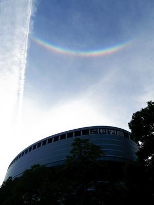本日(9/21)17時ごろ、科学館の上に 逆さ虹 がかかりました!正式には「環天頂アーク」という名前で、氷の結晶によってできる現象です。同時にひこうき雲もみえて、華やかな空でした~☆☆ T) http://t.co/uxDhSBDl6Z