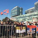"""На Трубной ждут люди с флагами Новороссии, кричат из-за полицейских ограждений. """"Слава Украине!"""" - кричат им в ответ http://t.co/NWxeIBC3rX"""