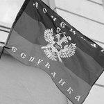 В знак протеста против «марша мира» жители центра Москвы вывесили в окнах флаги ДНР и ЛНР http://t.co/923mlj4sjB http://t.co/ccM5pZrzcr