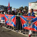 Участников «Марша предателей» встречают флагами Новороссии http://t.co/p32eDSQC7v #МаршМира http://t.co/jUqnC4krrK