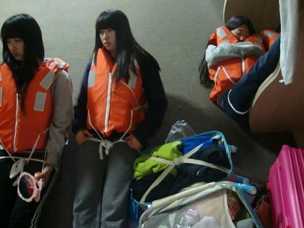 세월호 유가족 분께서 공개를 해도 된다고 한 사진이랍니다 가방싸고 탈출을 기다리는 모습이랍니다 뭠니까 도대체 정부는??? http://t.co/mBdp4LkXrw