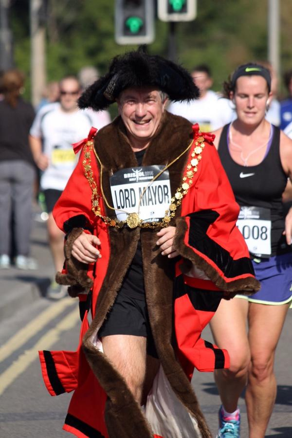 Hey! It's @brislordmayor looking resplendent in his finery! #BristolHalfMarathon ;) http://t.co/jew02ZwuyU