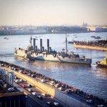 """@Yaroslaw_spb:Толпы народа на набережных провожали Аврору.Все пели ""Что тебе сниться крейсер Аврора?"" http://t.co/rRtwX9YXvl"" Шикарное фото"