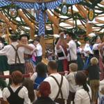 """Bayerisches Brauchtum und Musi von der """"Oidn Wiesn"""" live beim """"Wiesn-Frühschoppen"""" im BR. http://t.co/3saT1NjzFh http://t.co/AyYE6w4HkI"""