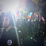 за двойным оцеплением сбоку московского марша мира - сторонники ДНР http://t.co/rpx61z98zC