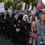 RT @rianru: Пикет сторонников Новороссии против акции оппозиции «Марш мира». Фото: Максим Блинов http://t.co/dYNdQYbQWN