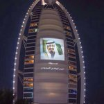 RT @saudistuff: دولة الإمارات تشارك الشعب السعودي احتفالاته بـ #اليوم_الوطني ويضع صورة خادم الحرمين على برج العرب #دبي . http://t.co/o1f0N3kPat