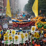 RT @NancyWonderful: ITS HUGE w/sunflwers ... View of #PeoplesClimateMarch crowd in #NYC. http://t.co/d1ynLDJYYJ http://t.co/qBLnnrZUnS