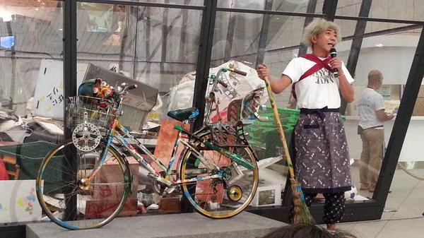 【速報】本日9/22(月)タレントの木梨憲武さんが芸術のゴミ箱≪アート・ビン≫に作品を投棄するために美術館会場に来場しています!投棄するのはなんと自転車!お楽しみに。#yokotori http://t.co/w6bJoAN6i2