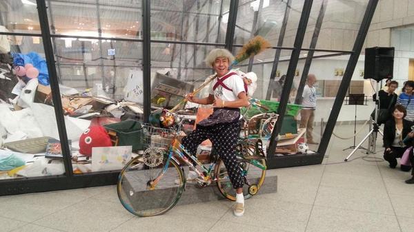 【続報】木梨憲武さんはタレントとして活躍する一方で、アトリエを持ち、作家としても活動。本日は自転車に乗っていそうなおばさんの格好で登場。作品は《KINASHI RECYCLE》!#yokotori http://t.co/1U5fY4YHHd