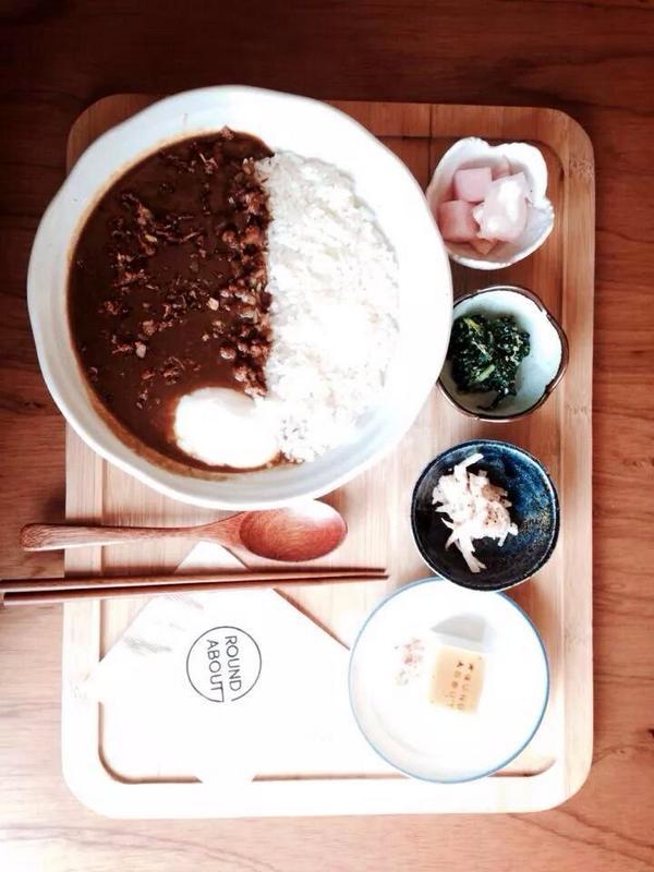 질투 날 정도로, 괜찮은 일본 가정식 카레 전문점 ROUNDABOUT이 한남동에 오픈했다. 남성성과 여성성의 균형있는 공간의 정서적 비례감도 좋고, 일본인 가정에서 배운 오너 쉐프의 카레 맛은 단연 최고였다. http://t.co/9DNdoiW3LV