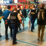 Man die met nepmachingeweer in de trein zat aangehouden op Utrecht CS: http://t.co/QzBsGgopLH http://t.co/pMyUJbdtEw