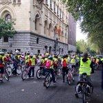 #Madrid se ilumina con cientos de chavales en bici por el Paseo de Recoletos http://t.co/lZ8uygh2z5