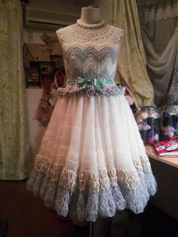 昨年12月に編んだウェディングドレスが未だにお気に入りとかにされて嬉しい。 製作スケジュール一ヶ月もなくしかし全力でオールハンドニットで編ませていただ。 結婚式場のヘアメイクさんがまさかの親友で、今度結婚することになりました☆ http://t.co/aMdjvYRgqx