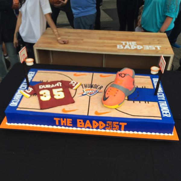 Nike ordered a Bday cake for @KDTrey5 from @CakeBossCafe in NJ. So they drove it out to Oregon. Took 2 days. http://t.co/cUz913Olx9