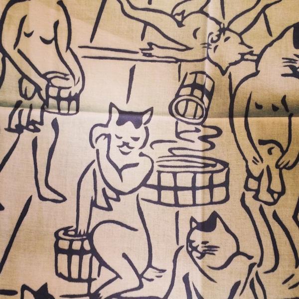にゃは〜んと艶っぽい「猫の湯屋」手ぬぐい。「夜長堂の乙女モダン蒐集帖」にも紹介した大正、昭和初期にかけて活躍した彫刻家河村目呂ニのデザイン。風呂猫さんにご協力いただき少量ですがもみじ市に持っていきます。 http://t.co/0eXgRLadSB