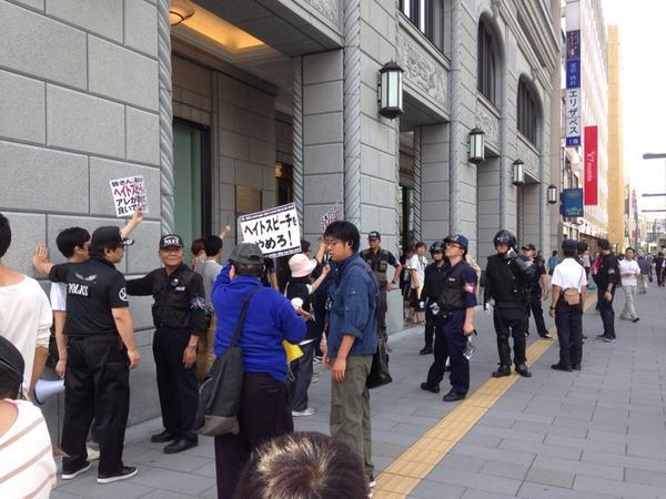 在特会の主張に反対する人達は、こんなに警察官に囲まれていた。 http://t.co/ZKxphAia3L