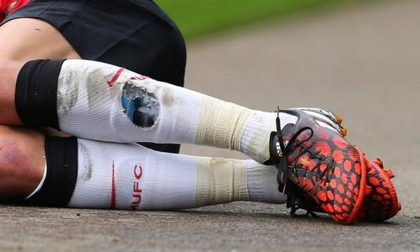 Angel Di Maria has a picture of his wife and daughter underneath his shinpad whenever he's on the pitch. http://t.co/p2QUIVwQok