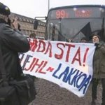 Anarkistinen A-ryhmä häiritsee metroa korvaavaa bussiliikennettä Rautatientorilla. #lakko #jhl #anarkistit #ELCrew http://t.co/Jyw0hAVNyx