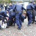 Äh. Ei voi diggaa. RT @iltalehti_fi: Rautatientorin protesti loppui lyhyeen #anarkia #lakko http://t.co/HEIytADf5K http://t.co/a6XyGR9li4