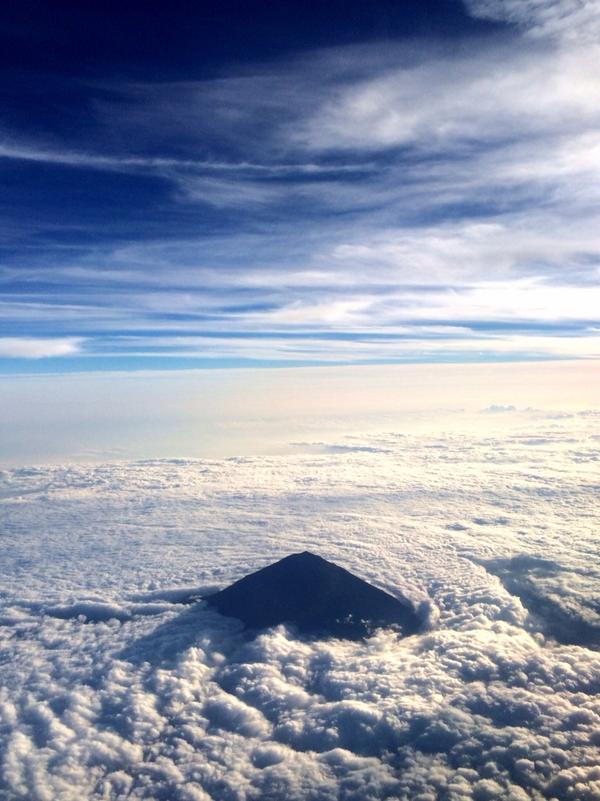 すじ状の秋空と曇り空が作る雲海。秋の富士山もいいね。 http://t.co/45vYXdtzQr