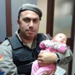 RT @zerohora: Policiais salvam bebê de 14 dias engasgado em Alvorada http://t.co/eA0u6eF62o http://t.co/ZdKlvW6J9k