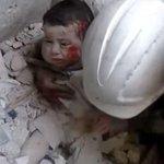 """RT @ssmmkaing: هذا الطفل تم إنتشاله من تحت الأنقاض جراء قصف التحالف الغربي العربي على ريف #إدلب و #الرقة وريف #حلب. #سوريا http://t.co/UQaU6WiUNC"""""""
