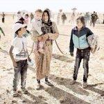 صورة مؤثرة لأم سورية ربطت أيدي أطفالها بها خوفاً من ضياعهم بين آلاف من حشود النازحين . #سوريا http://t.co/WmIh3QNkyE