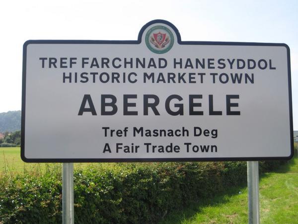 Gynhyrfus i fod yn #Abergele @Golwg360 ar gyfer lansiad arwyddion tref newydd. 1af yng Nghymru! #masnachdeg http://t.co/IblETdhTvk